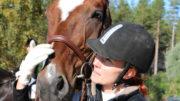 Työ on suuri osa energisen Sanna Leinosen elämää. Hän harrastaa hevosia ja kouluratsastusta vapaa-ajallaan. Kuva: Sanna Leinonen
