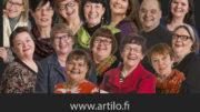 Iloa tuovien taiteilijoiden töitä nähdään Rovaniemen kirjastolla lokakuun loppuun asti. Kuva: Kaisa Sirén.