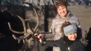 5-vuotias Injila piipahti hakemassa joulutunnelmaa Napapiiriltä. Mukana seurasi Irina-mummu. Kuva: Riitta Kemppainen-Koivisto