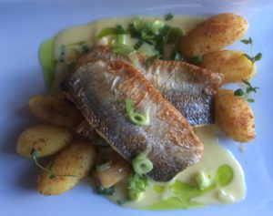 Kepeää kalaa alkuruoan päälle, että jaksaa jatkaa jälkiruokaan asti.