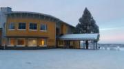 Kittilän uusitulla Sirkan koululla otetaan joulua vastaan myyjäisissä 30.11. Kuva: Maria Pettersson