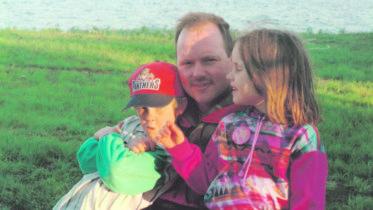 Kuvassa Eeron ja Ilkan rinnalla isosisko Laura, joka valmistuttuaan oikeustieteen maisteriksi saa tuoda tietämyksensä Eurocontrollin käyttöön. Kuva: Tuomikosken kotialbumi
