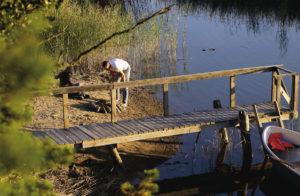 Kesämielen kohokohtia on rantamaisemissa tulipaikalla kalasaaliin käsittely ja nuotiolla pikkukalan paistaminen.