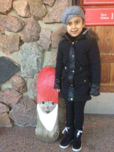 5-vuotias Injila piipahti hakemassa joulutunnelmaa Napapiiriltä. Mukana seurasi Irina-mummu.