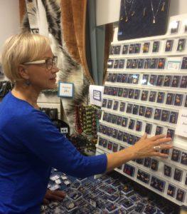 Anja Asala auttaa matkailijoita valitsemaan tulijaisiksi Lapissa valmistettuja koruja.